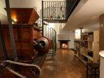 La maquinaria está en el salón, biblioteca, chimenea. Casa-Molino: El Molino del Panadero