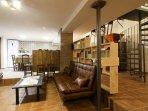 Salón, cocina, molinos, biblioteca, escalera de caracol. Casa-Molino: El Molino del Panadero