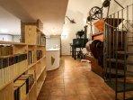 Molinos, biblioteca, escalera caracol. Casa-Molino: El Molino del Panadero