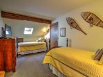 2 twin beds highlight this room, offering its guests peaceful nights of sleep.