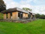 BILLY BOO, luxury detached cottage, hot tub, en-suites, woodburner, parking, pat