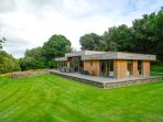 NEDDY CUT, luxury detached cottage, hot tub, woodburner, en-suites, parking, pat