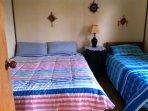 dormitorio principal: cama 2 p, cama 1 p, cajonera