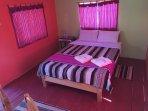 habitación matrimonial con balcón y baño privado