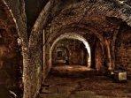 tief unten im Kellerverließ (16.Jahrh.) liegt das Grab  unseres Schlossgeistes, welcher von den ....