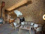 Wein Lounge mit lokalen Weinspezialitäten zur Selbstbedienung. Gemütliches Ambiente mit Kaminofen.
