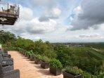 Vor unserer Wein Lounge die Terrasse mit herrlichem Ausblick über die Deutsche Weinstrasse.