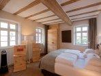 Schlafzimmer aus Zirbelkiefernholz, Taschenfederkernmatratzen und Schranksafe