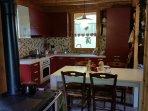 Cucina open space completa di elettrodomestici