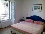 Camera da letto con finestra.