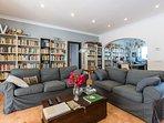Casa Bonita Menorca: salotto, libreria, studio.