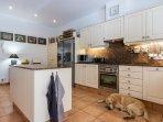 La cucina di Casa Bonita Menorca dove nascono colazioni e menu italiani e mediterranei.