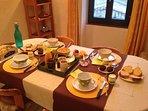 petit déjeuner copieux avec patisserie maison