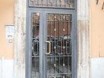 Vista dell'ingresso del Condominio e del tastierino numerico sotto i citofoni
