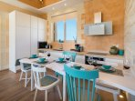 full equipped kitchen+dining table