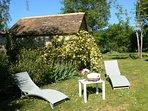Les bains de soleil dans le jardin l'abri des regards# Domaine de Genevieve des vignes#