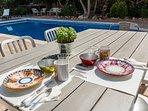 Casa Bonita Menorca: stile italiano in tavola per colazioni e cene in giardino a bordo piscina.