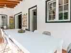 Nel patio di Casa Bonita Menorca c'è un tavolo per 8/10 persone per colazioni/cene internazionali.