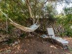 Angolo relax con amaca nel giardino di Casa Bonita Menorca.