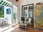 Casa Bonita Menorca: l'angolo per chiacchiere e foto vicino al frigobar con mappe anni '50.