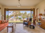 Living room with access to the garden and sea view - Villa Russelia in Rhodes