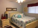 Il secondo master suite, a livello di mare, con letto matrimoniale, bagno privato, HDTV e cabina armadio
