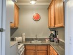 The well-equipped kitchenette provides everything you need to prepare recipes.