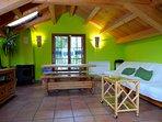 Buardilla de madera preciosa con salón-cocina