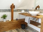 Une salle de bain avec WC à l'étage