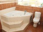 Main bedroom tub n toilet, ensuite