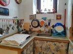 cucina in muratura con tutti gli accessori da cucina in dotazione