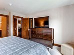 18_Ascent-304_bedroom-3.jpg