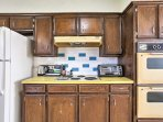 Prepare your home-cooked meals with ease in this fully equipped kitchen!