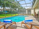 Private south facing screened-in pool and hot tub , 4 loungers, pool toys
