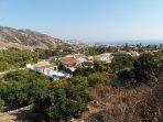 Vista desde el exterior de la casa, al fondo el mar Mediterráneo y el pueblo de Nerja