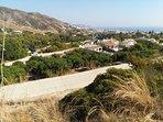 Vista de la casa desde el Carril de cemento, al fondo el mar Mediterráneo y el pueblo de Nerja