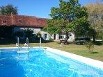 Lekker afkoelen in het zwembad na een warme zomerse dag.