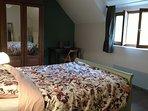 De slaapkamers zijn ruim, met grote bedden van 160x200, en met uitzicht over de tuin.