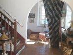 Entrada a los dos salones y escalera subida a la habitación
