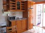 La cocina, equipada con todo lo necesario:microondas,hervidor,horno,tostadora,cafetera