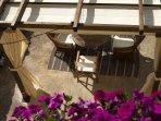 Pérgola de la terraza, donde se sirven los desayunos