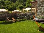 Jardín privado de los huéspedes, con vistas, hamaca, tumbonas, sombrillas y barbacoa