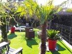 Terrasse sur pelouse synthétique face à la mer