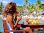 Bar 'Le Touloulou'. Détente et délicieux cocktails sur la plage de votre location de vacances