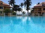 Immense piscine avec vue mer et bassin pour enfants