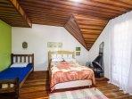 quarto suite da Casa do Esquioo, com lareira e varanda
