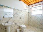 banheiro comum da Casa do Esquilo,com chuveiro bem quente para os dias abaixo de zero