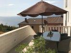 Geräumige Terrasse mit schönem Ausblick