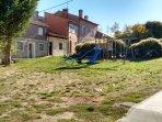 Parque infantil en la zona de atrás de la casa