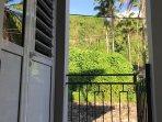 Entrée chambre 3 avec vue sur les mornes et le jardin de l'évêché.